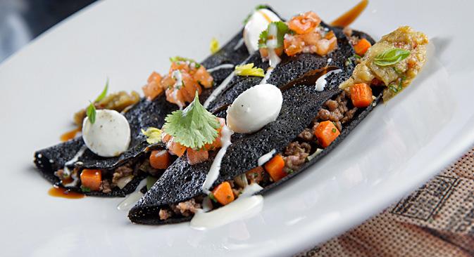 レストラン「マクシム・バー」のアンドレイ・オルロフ料理長のブリヌィには、オリジナリティーがあふれている。美食家のために黒いブリヌィを考案した。=写真提供:Press Photo