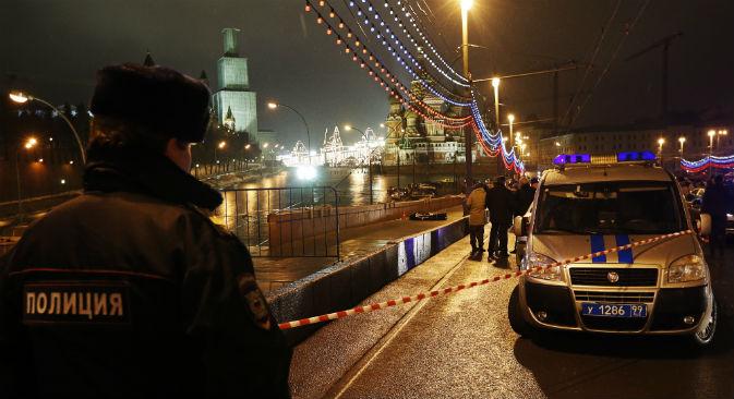 モスクワの赤の広場のワシリエフスキー坂で、野党指導者ボリス・ネムツォフ氏が何者かに射殺された。 =ミハイル・ジャパリゼ撮影/タス通信