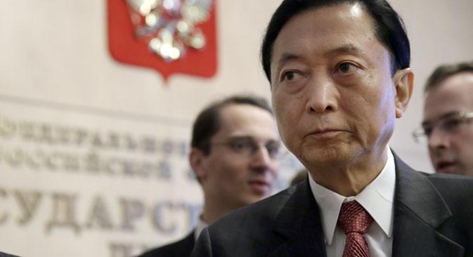 鳩山由紀夫元首相は13日、モスクワで記者会見し、クリミア訪問について語った。=アンナ・イサコヴァ撮影/ロシア連邦議会の下院/タス通信