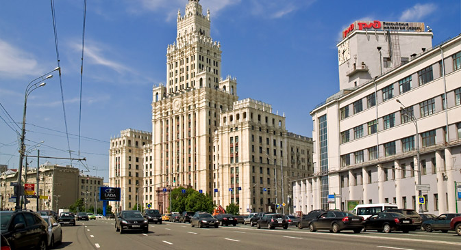 「クラスヌイエ・ヴォロータ」駅付近のスターリン様式の高層建築物=Lori/Legion Media