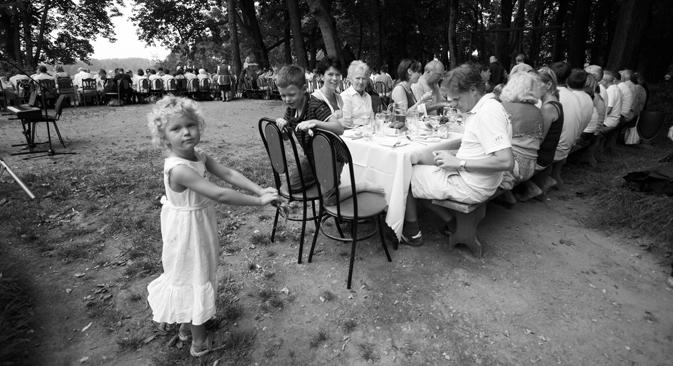 2年に一度、ヤースナヤ・ポリャーナでトルストイの子孫たちが参集する。写真は2008年=アンドレイ・リゼンコフ撮影