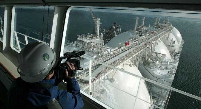 サハリンのドックに入るLNGタンカーをカメラマンが撮影=AFP/East News