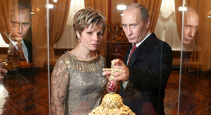 モスクワ・クレムリン博物館200周年でプーチン大統領とエレーナ・ガガリナ館長がピョートル大帝の王冠を見る。=EPA撮影
