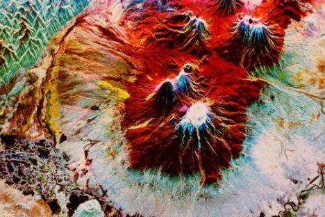 スペースシャトルのレーダーで撮影したカムチャツカの噴火中のクリュチェフスカヤ火山=