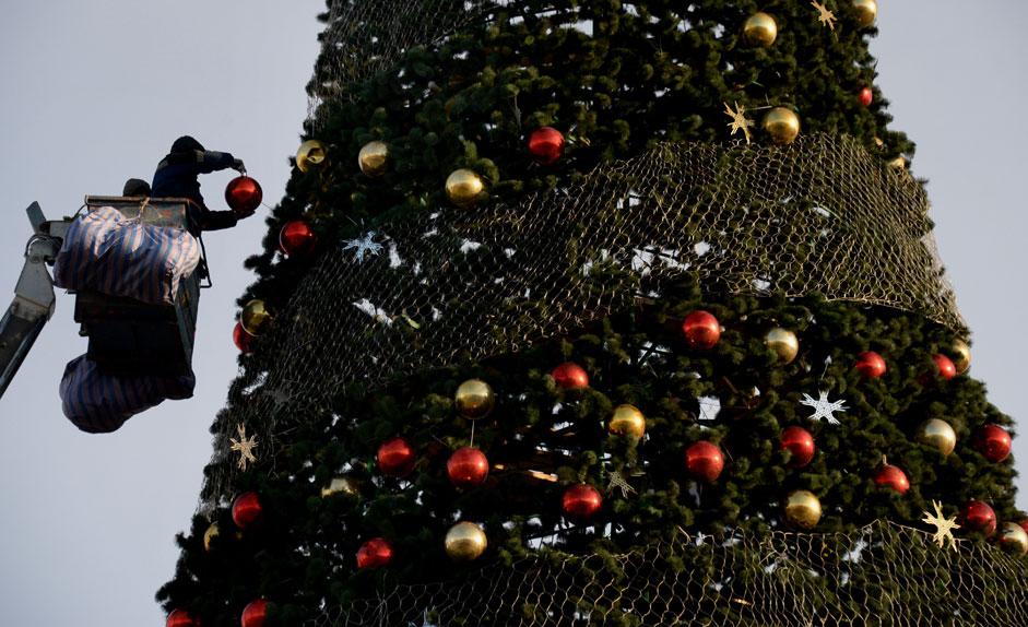 Украсяване на новогодишната елха на централния площад във Владивосток.