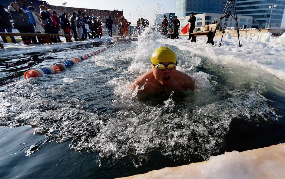 Die Kälte schreckt die Teilnehmer des internationalen Winterschwimmwettbewerbs in Wladiwostok nicht.