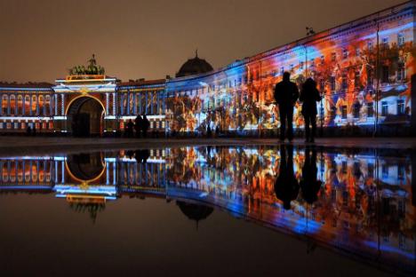 サンクトペテルブルクの宮殿広場で、エルミタージュ美術館の創設250周年を記念して、光のショー「歴史の舞踏会」が行われた。=