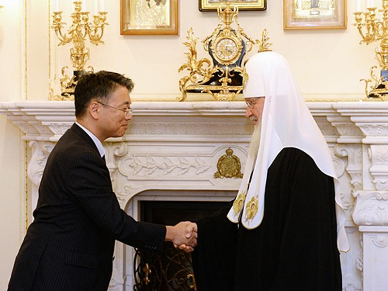 キリル・モスクワ・全ルーシ総主教と上月豊久在ロシア大使=