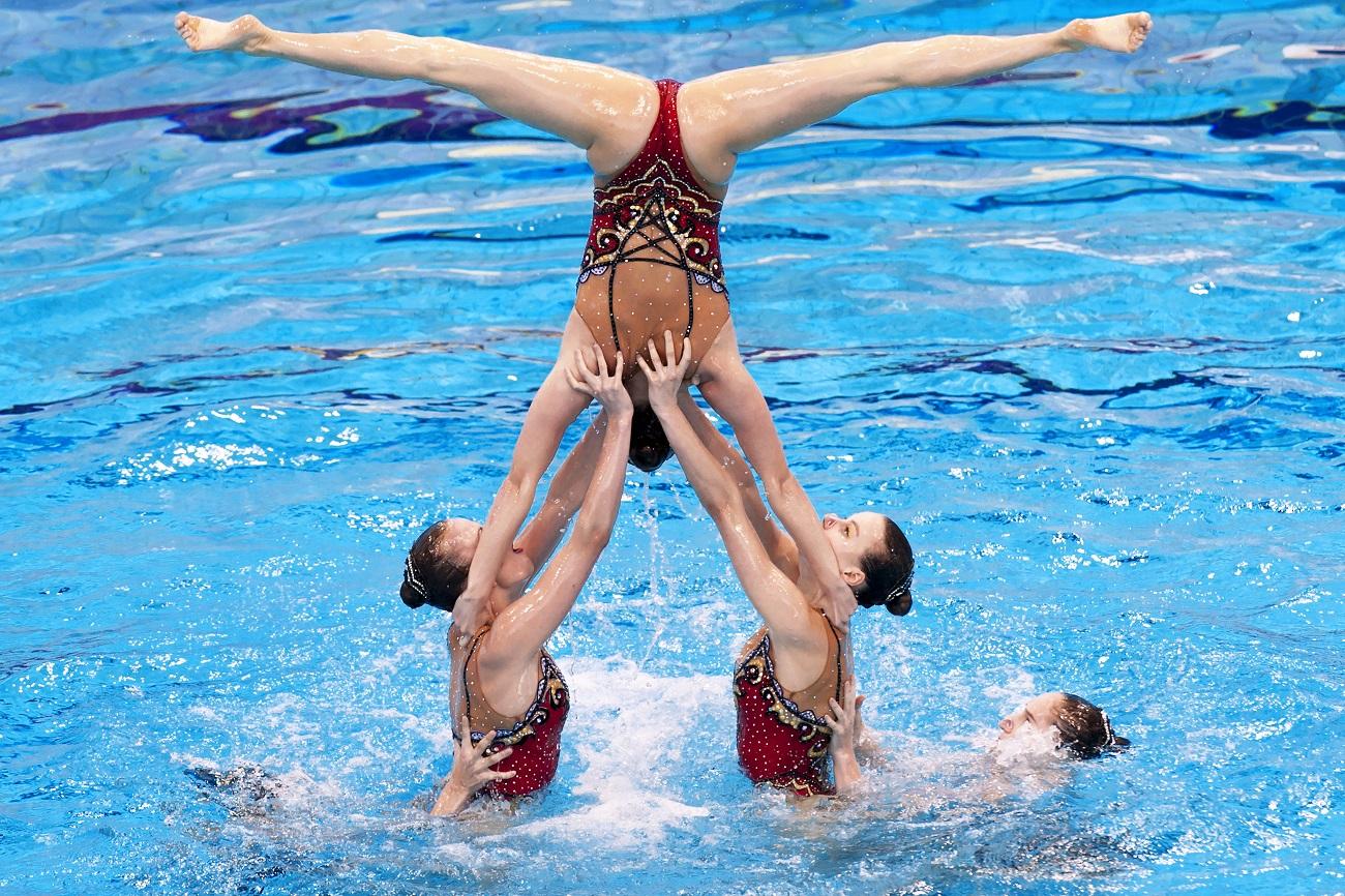 代表選手団のリーダーといえども、チームでの演習を避けることは許されない、と両人。もっとも、ふたりは、チーム競技ではリーダーではない。ふたりはむしろ「支える役」で、「飛ぶ役」は他の人がする。それにはまた異なるアクロバットが必要だからだ。/ヨーロッパ水泳選手権、5月、2016年もっと読む:ナタリア・イシチェンコ、ロシア・スポーツ界の「人魚姫」>>>