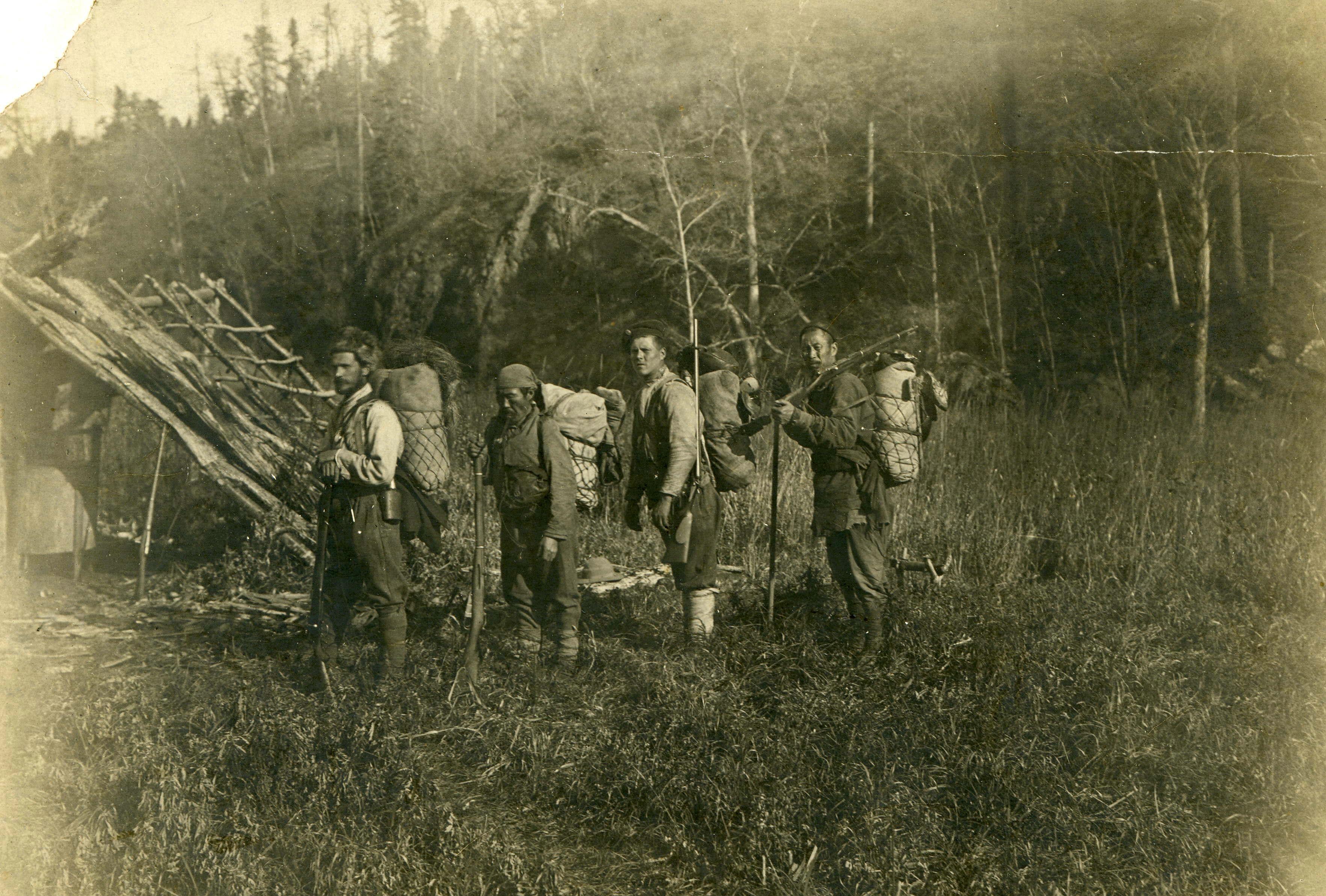 左から、ウラジーミル・アルセーニエフ、デルス・ウザラー、その他の探検の参加者