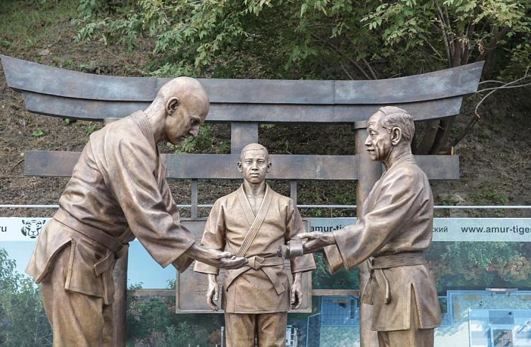 「ロシア柔道の祖」であるワシリー・オシチェプコフとその日本人指導者の銅像、ウラジオストク=