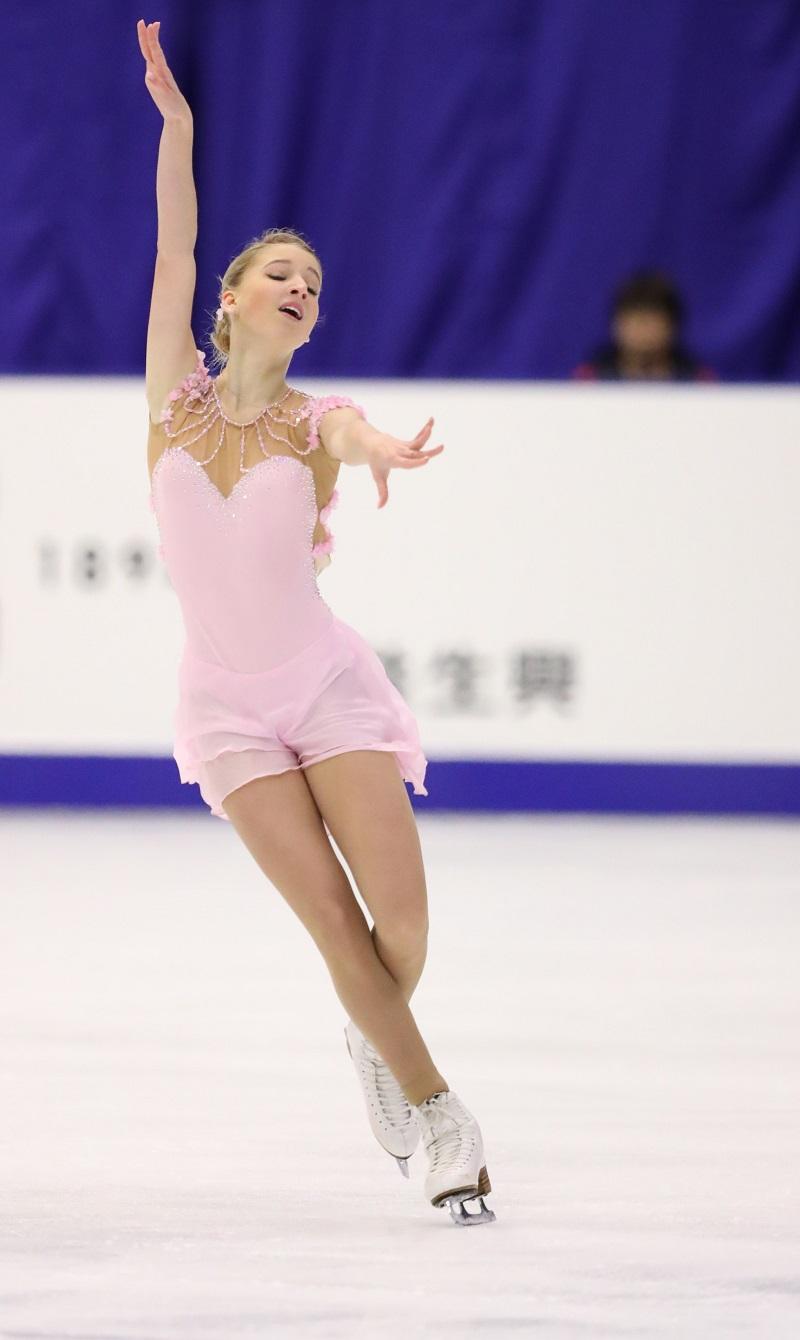 予想外と言えば、16歳のマリヤ・ソツコワもそうだ。今シーズン、シニアに上がったばかりなのに、GPシリーズ第4戦フランス大会(11月11~13日)では銀メダルを、第6戦日本大会(11月25~27日)では銅メダルを手にした。これにより、ファイナル出場を決めた。\ 日本大会でソツコワが演技