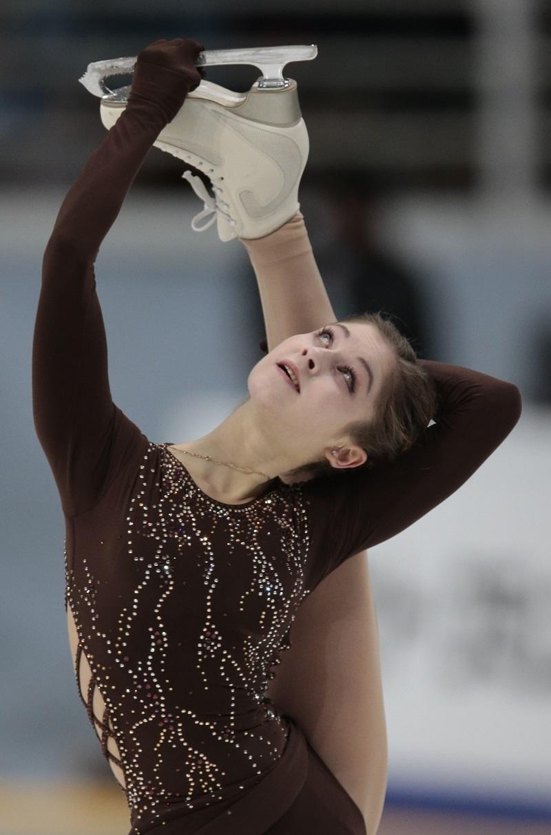 2014年ソチ冬季五輪団体戦金メダリストのユリヤ・リプニツカヤ(18)は、健康問題により、今シーズンの滑り出しから不調であった。背中に問題があったため、第1戦アメリカ大会(10月21~23日)を欠場。第3戦ロシア大会(11月4日~16日)では、足の痛みにより、フリーの中断を余儀なくされ、しっかりと滑り切ることができなかった。アレクセイ・ウルマノフ・コーチによれば、本人は検査を受け、現在はロシア選手権に向けた準備を続けているという。\ ロシア大会でリプニツカヤが演技