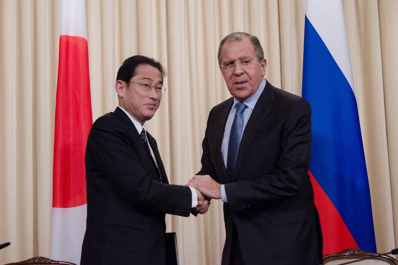 ロシアのラブロフ外相と日本の岸田外相、モスクワ、2016年12月3日=
