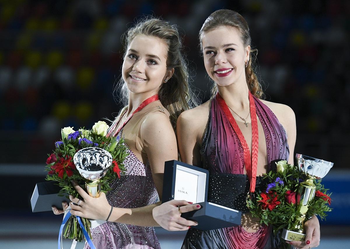 昨シーズンのロシア3強、メドベージェワ、アンナ・ポゴリラヤ、エレーナ・ラジオノワは、自信をもって今シーズンのスタートを切り、ファイナルの上位3位を占めた。ラジオノワ(17)とポゴリラヤ(18)は、「ホーム」である第3戦ロシア大会からシーズンを開始し、メダルを獲得した。/ 授賞式でのラジオノワとポゴリラヤ