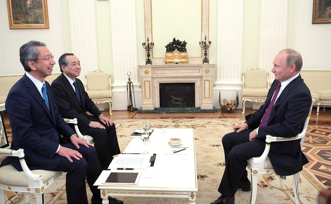 ウラジーミル・プーチン大統領が、日本テレビ取締役執行役員の粕谷賢之氏(左)、読売新聞東京本社の溝口烈編集局長(右)のインタビューに応じた