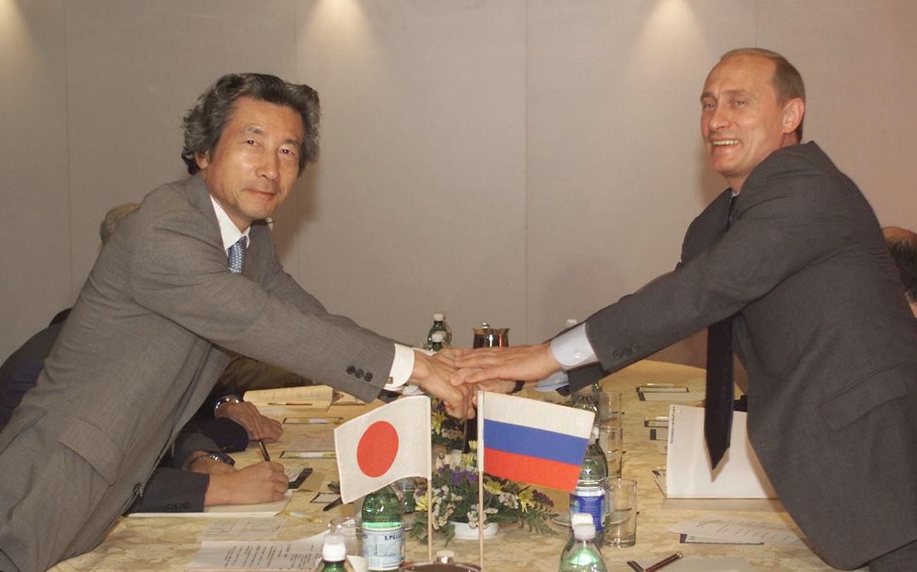 2001年4月に首相に就任した小泉純一郎氏、6月のG8ジェノヴァ・サミットでプーチン大統領と初会談