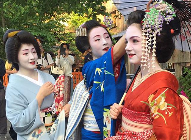エフゲニア・メドベージェワが、京都で舞妓の格好をした。着物を着て、かつらをかぶり、伝統的な化粧をした画像を、自身の画像投稿サイト「インスタグラム」に掲載した。=
