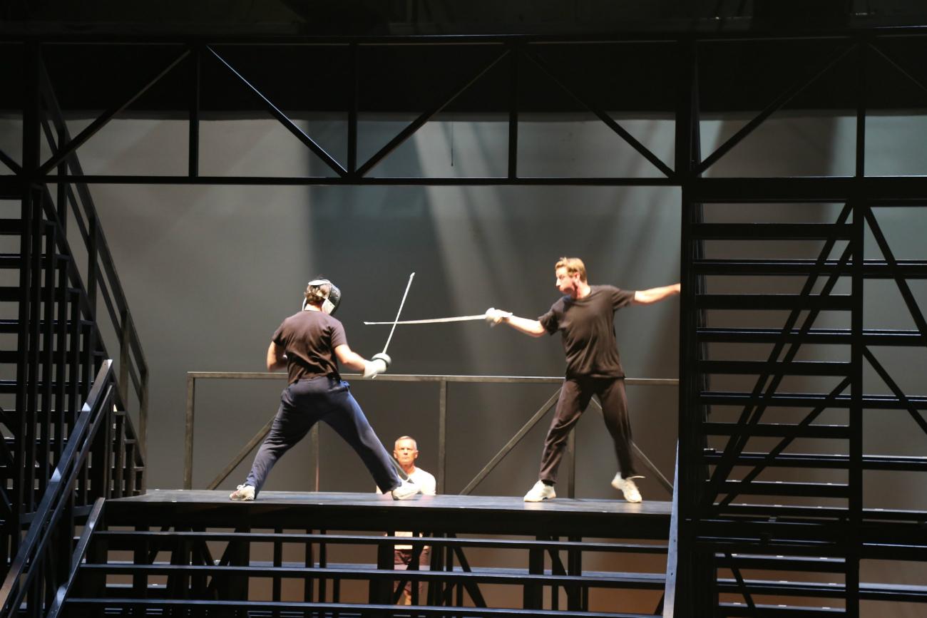 ハムレットとレアティーズの剣術試合の稽古=ナタリア・ススリナ撮影