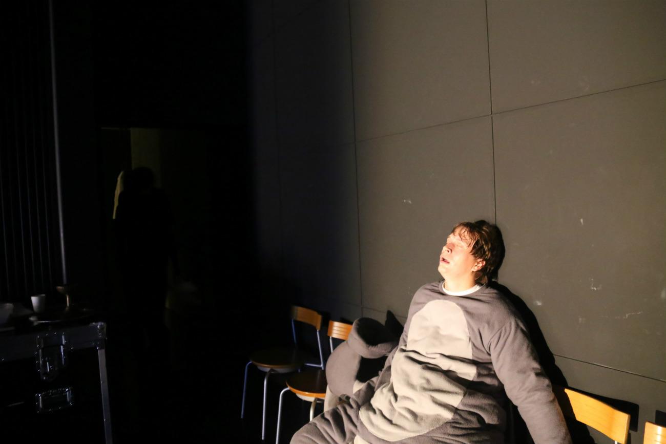 舞台裏の俳優ステパン・バラクシン=ナタリア・ススリナ撮影