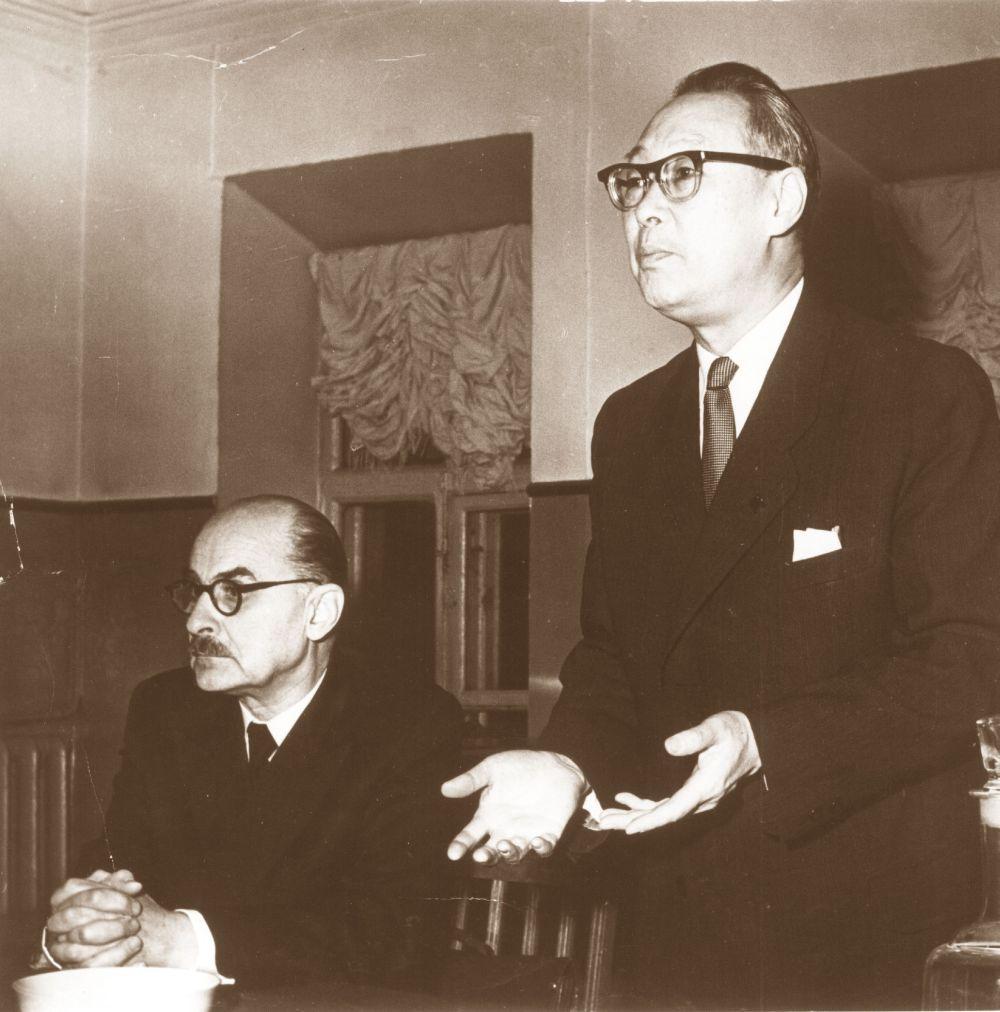 로만 김이 소련 과학아카데미 회원인 유명한 동양학자 니콜라이 콘라드와 함께 발언하고 있다. 사진제공: 알렉산드르 쿨라노프