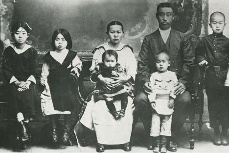 1916년에 찍은 러시아 영암 박씨의 2대인 박양남의 아들 그리고리 이바노비치(오른쪽 셋째 어른)의 가족사진. 왼쪽부터 마르타(맏딸), 마리야(둘째 딸), 부인 나탈리아, 무릎 위 카탸, 마트베이(그리고리가 안고 있는 둘째 아들), 형의 손자(이름 미상), 맏아들 마르틴. (사진제공=박씨 문중)