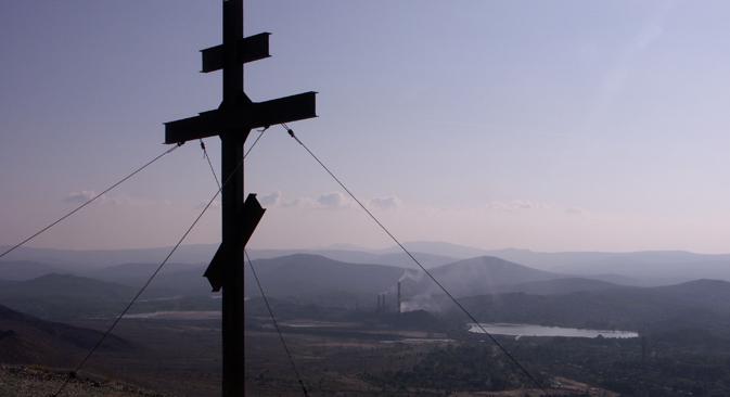 카라바시 시 인근 산에 세워진 기념 십자가 (사진제공=이타르타스)