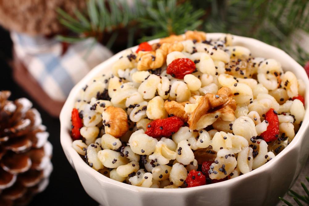 Kutia itu bubur manis yang terbuat dari nasi dan kismis pada hari pemakaman dalam tradisi Ortodoks Rusia.