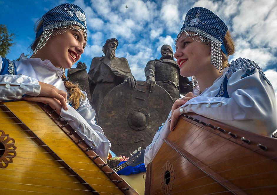 Церемонија на откривање на споменик на првите руски кнезови Рјурик и Вешчиј Олег. Ленинградска област, Русија.