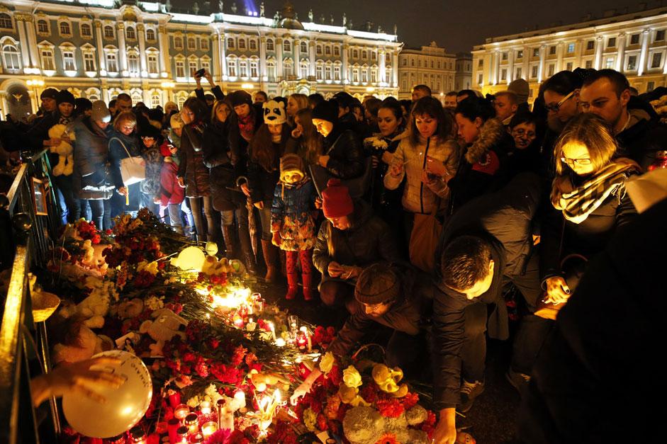 Хора оставят цветя и запалени свещи на Дворцовия площад в Санкт Петербург в памет на загиналите в авиокатастрофата в Египет.