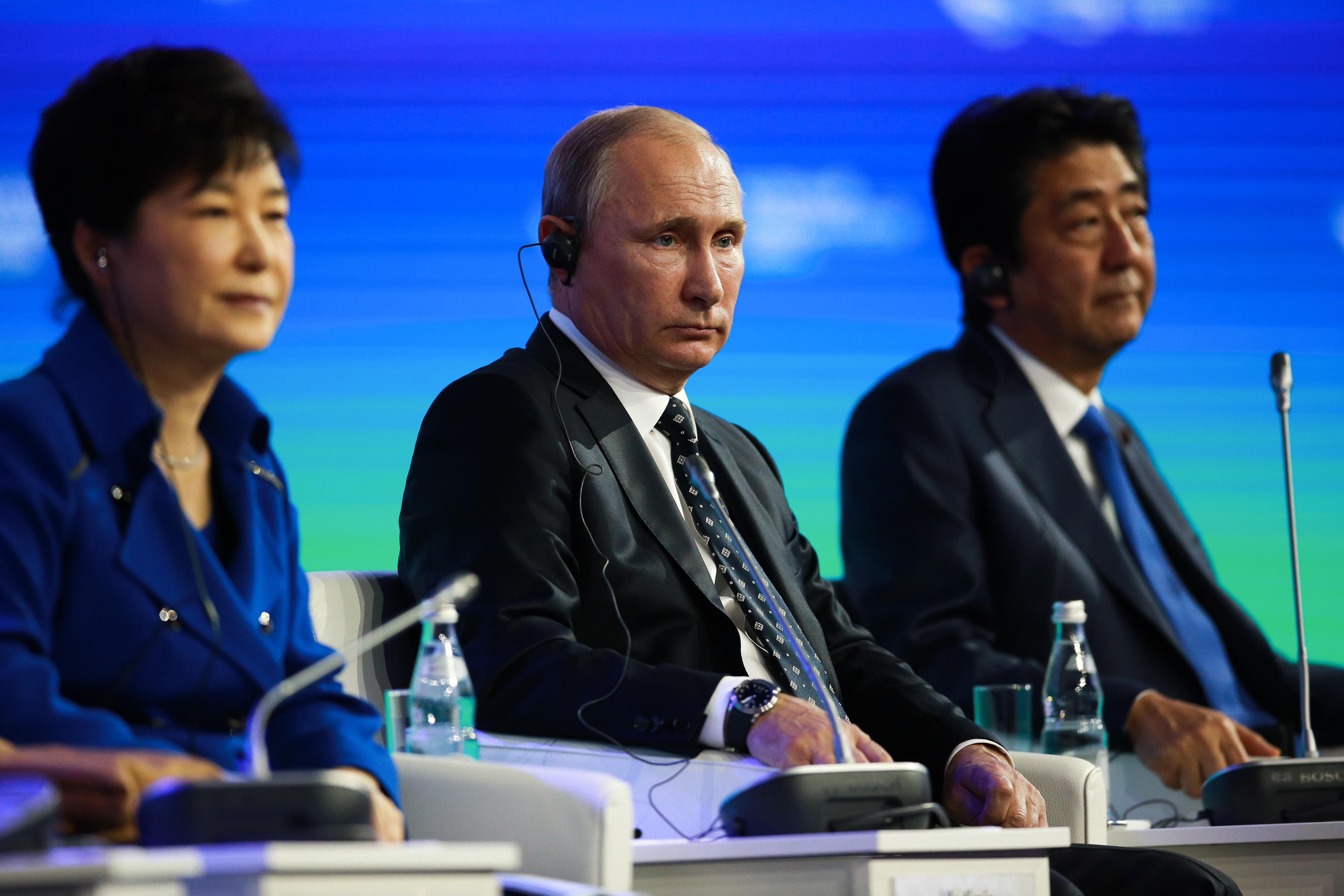 박근혜 대통령(왼쪽부터), 아베 신조 일본 총리, 러시아 블라디미르 푸틴 대통령이 9월 3일 러시아 블라디보스토크 극동연방대학에서 개최된 동방경제포럼(EEF) 전체세션에서 질문에 답하고 있는 모습.