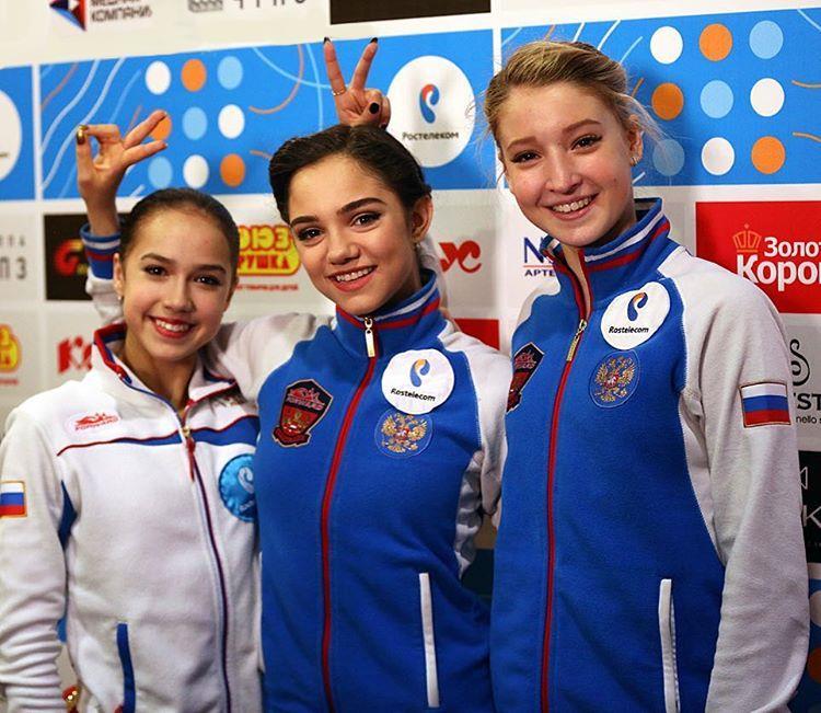 エフゲニア・メドベージェワ(中)、アリーナ・ザギトワ(左)、マリア・ソツコワ(右)