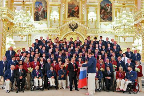 Руските параолимпијци станаа и шампиони на лондонскиот натпревар во фудбал,победувајќи ја во крајниот меч репрезентацијата на Украина. Претседателот Владимир Путин со Националниот параолимписки тим на Русија понивното враќање во Москва. Извор: Reuter