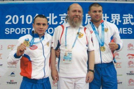 Архимандритот Силвестар со осојувачите на златните медали во кик-бокс на Првотосветско првенство во боречки вештини, Пекинг 2010. Извор: rostov-monastir.ru.