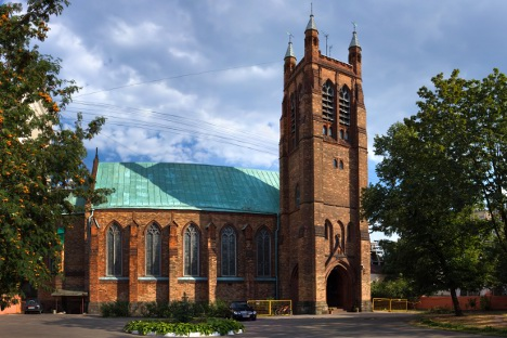 Архитектонската идеја за црквата била да се оживее атмосферата на викторијанска провинција. Изградена е во псевдоготски стил, со бифори и витражи. Извор: ИТАР-ТАСС.