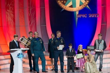 """Церемонијата на доделувањето на наградите беше одржана во Московскиот дом на младите на четвртиот Серуски фестивал """"Соѕвездие на храброста"""", посветен на безбедноста и спасувањето луѓе. Фотографија: Министерство за вонредни состојби на РФ."""