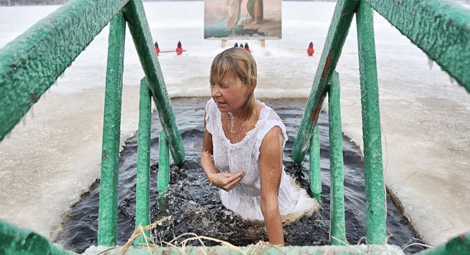 Празникот започнува со служба во храмовите, по која свештениците ја осветуваат водата во езерата и во реките. Од тој момент се смета дека водата е света. Извор: ИТАР-ТАСС.