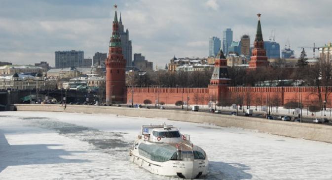 Снегот комбиниран со светлината дава несекојдневна илузија на зимската Москва. Извор: Reuters.