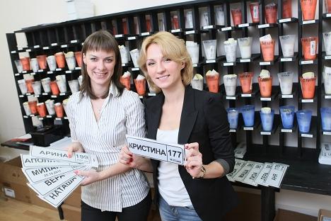 Марија Новоселок (лево) и нејзината бизнис-партнерка Александра Панишина (десно) го пуштија во употреба сајтот за мајки baby-nomer.ru. Извор: Ведомости / Fotoimedia.