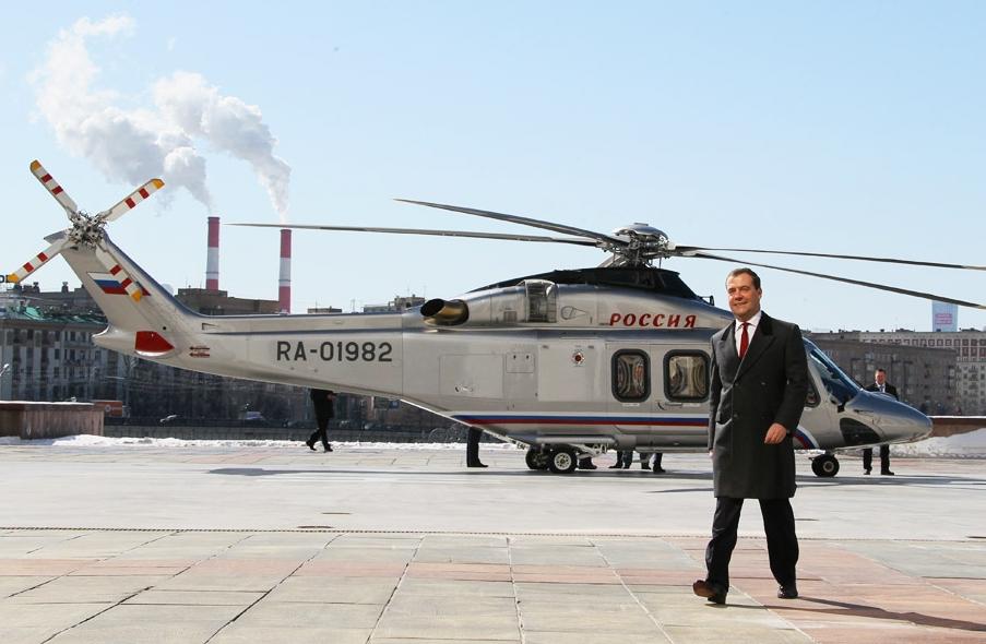 Рускиот Премиер Дмитриј Медведев пристигнува со хеликопер пред седиштето на руската Влада во Москва. 27 март, 2013. Извор: AP.