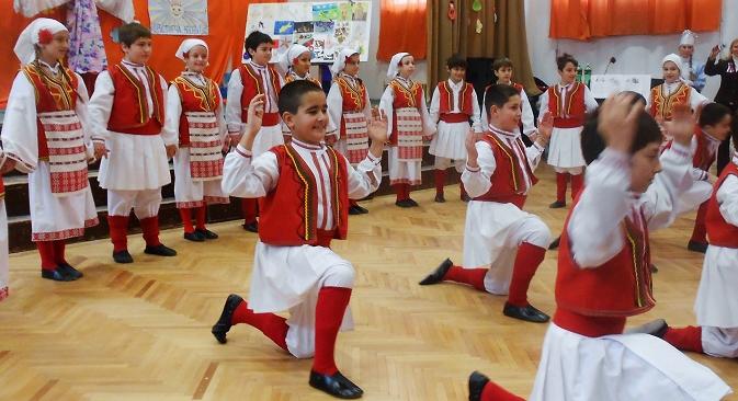"""Децата најпрво развија оро на """"Македонско девојче"""", а потоа во македонска народна носија танцуваа на """"Калинка"""". Извор: Емил Ниами."""
