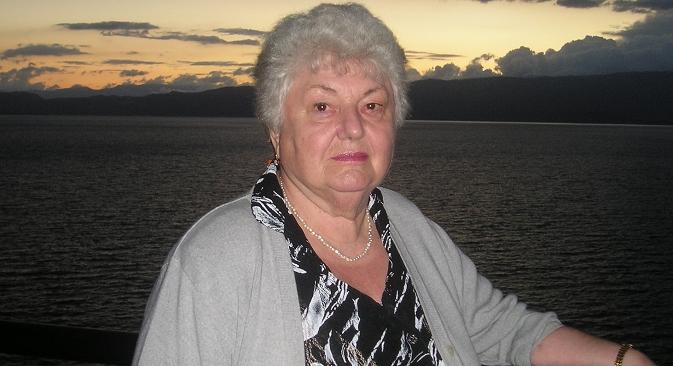 Рина Павловна Усикова на фонот на Охридското Езеро. Извор: Руска реч на македонски