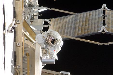 """Новиот екипаж на Меѓународната космичка станица на 29 март изврши ултракус лет на вселенски брод. вселенскиот брод """"Сојуз ТМА-08М"""" се соедини со МКС за само 6 часа по лансирањето. Извор: НАСА."""