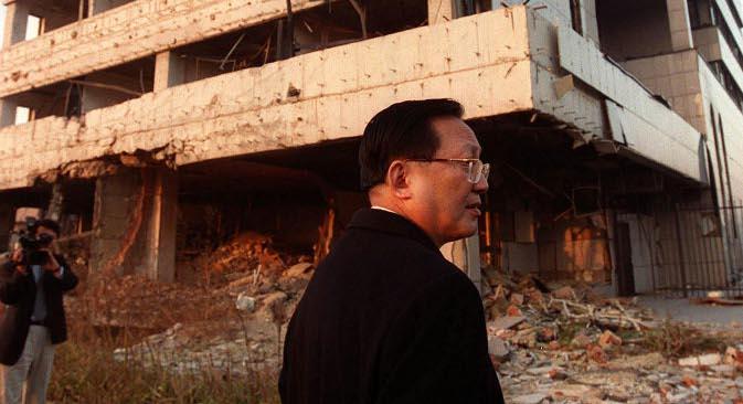 Министерот за надворешни работи на Кина Танг Џијансјуан во обиколка на урнатините на амбасадата на својата земја во Белград 3 декември 2000. Извор: АР.