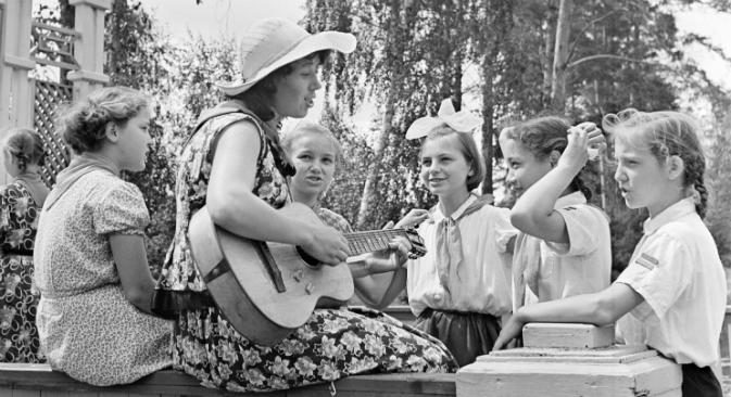 Пионерските организации повеќе не постојат, но детските одморалишта останаа, а во нив многу малку работи се изменети. Останаа и неформалните традиции. Извор: ИТАР-ТАСС.