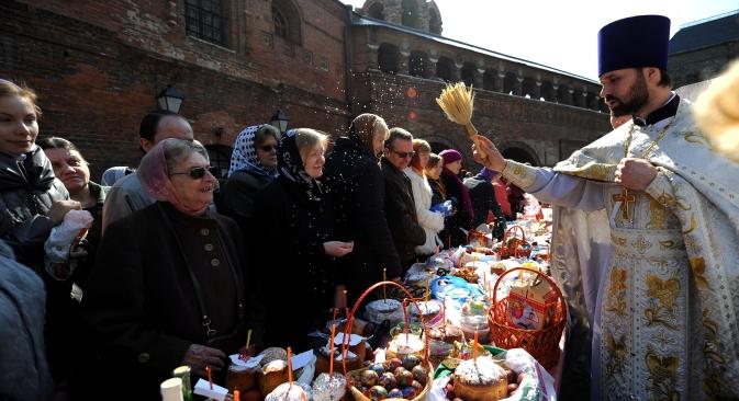 Главното велигденско јадење кај православните се боените јајца, велигденскиот козинак и пасха (велигден – заб. прев.), јадење направено од слатка урда и суво грозје. Извор: AFP / East News.