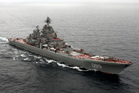 """Тешкиот нуклеарен ракетен крстосувач """"Петар Велики"""", најмоќниот брод на Северната флота на Воената морнарица на РФ. Извор: Press Photo."""