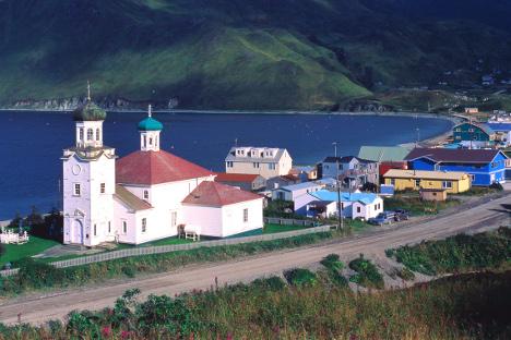 Првите постојани жители на Ниниљчик биле руските колонисти кои во 1847 година се преселиле на островите Кодијак (Алеутски архипелаг). На сликата: денешните американски ниниљчики, со православната црква Преображение Господово. Извор: Alamy / LegionMedia.