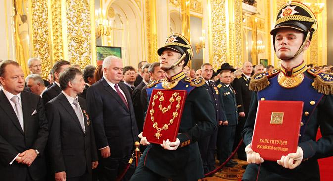 Уставот на Русија беше донесен на 12 Декември 1993 година, со што беа поставени основите на државниот систем, како и правата и слободите на граѓаните. Извор: ИТАР-ТАСС