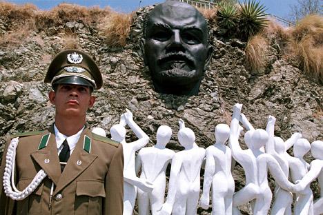 Кубански војник на стража пред споменикот на водачот на Руската револуција и основач на Советскиот Сојуз Владимир Ленин во Хавана. Извор: АР.